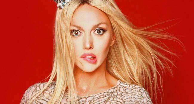 «Воздухом питаешься?» Оля Полякова показала фото в бикини и сверкнула стальным прессом