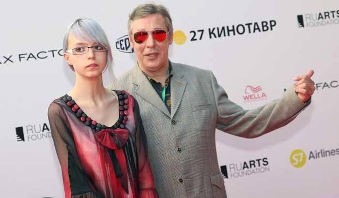 Дочь Михаила Ефремова выругалась после своего поста о матери-алкоголичке