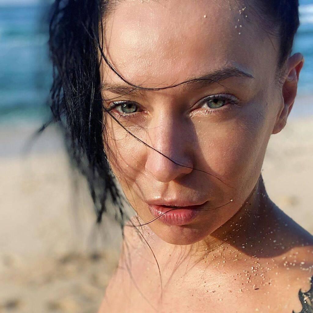 Похудевшая Елка показала пикантное фото на нудистском пляже и рассказала о самой бесполезной покупке
