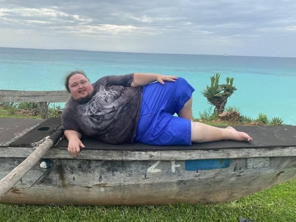 Двухцентнерный сын Никаса Сафронова сделал провокационную фотосессию на морском побережье