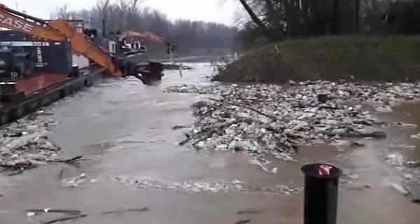 Венгрия приступила к чистке реки от украинского мусора