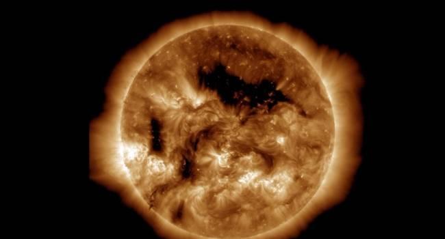 Направлена в сторону Земли: ученые сообщили о появлении на Солнце огромной дыры