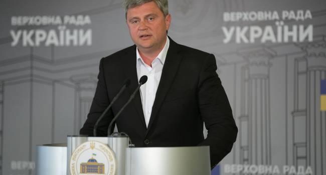 «Они оторваны от простого народа, а Украина сегодня просто летит в пропасть»: Нардеп жестко прошелся по действующей власти