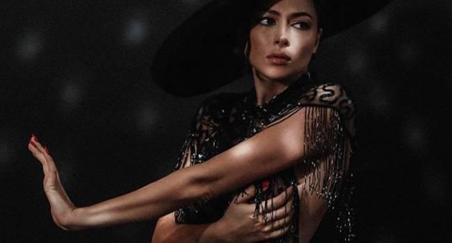 «К такому волшебному лицу все подходит»: Самбурская удивила сеть элегантным образом в пальто и шляпе