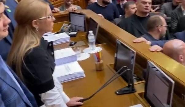 «Первая кровь в ВР»: Юлия Тимошенко порезала палец, вырвав микрофон у Разумкова
