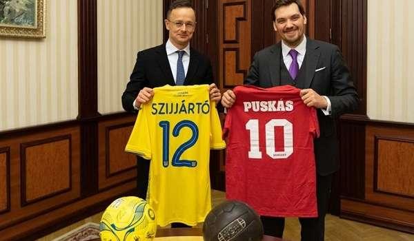 Гончарук и Сийярто обменялись футболками и обсудили отношения Киева и Будапешта