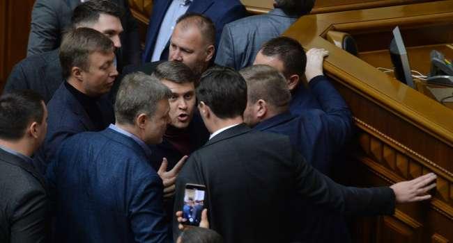«Ничего не умеющие обормоты»: политолог заявил о бесполезности сокращения числа депутатов