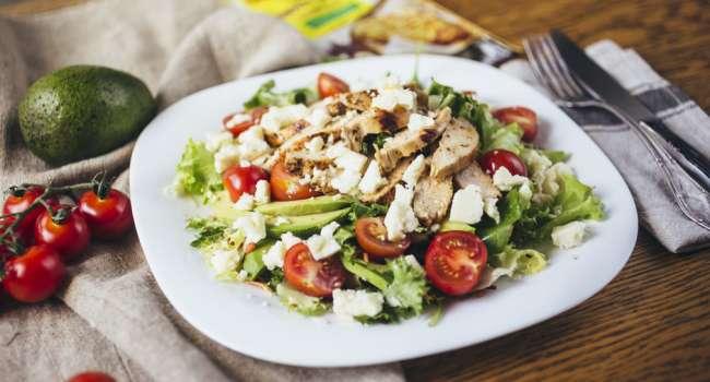 Здоровое питание: рецепт вкусного салата из овощей и курицы