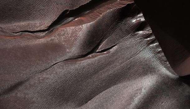 Абсолютно уникальное явление: специалисты НАСА показали песчаные дюны на Марсе