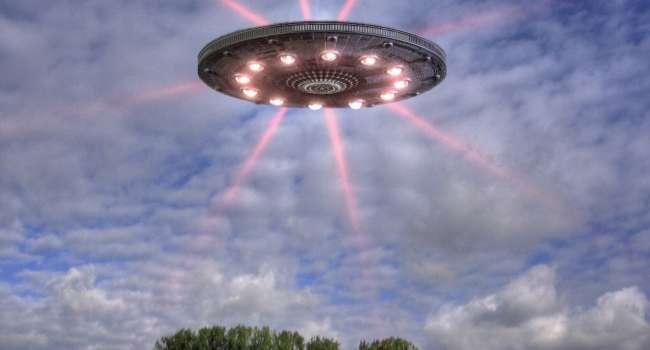 Небо окрасилось ярким светом: жители Брянской области в России рассказали об НЛО