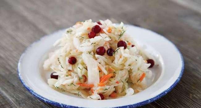 Рецепт дня: витаминный салат из квашеной капусты
