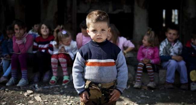 «Сохранить семью и воспитать ребенка»: В Украине больше не будут принимать детей в детдома