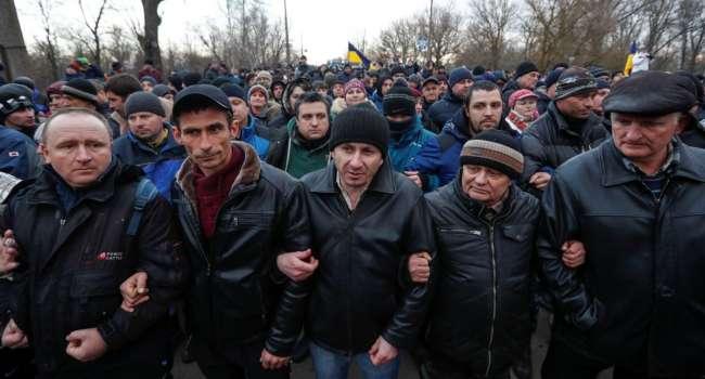 «С утра подтянулись машины на днепровских номерах»: Волонтер сообщил, что в протестах в Новых Санжарах принимали участие «гастролеры»