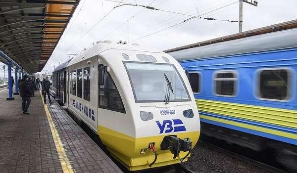 «Укрзализныця» сообщила о задержании поездов из-за поваленных деревьев на рельсы