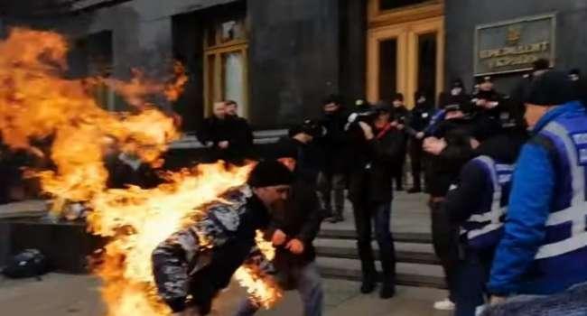 Митинги у здания ОПУ: Мужчина облил себя бензином и устроил самоподжег – кадры
