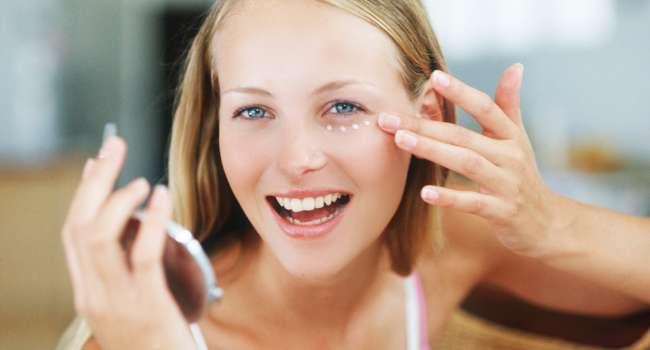 Косметологи называли лучшее домашнее средство для избавления от кругов под глазами