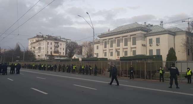 Политолог: посмотрите, как власть защищала посольство России. Так власть в очередной раз пыталась прогнуться перед Путиным