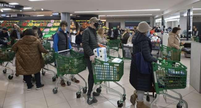 «Даже сопли вытирают»: медики предупредили о высоком риске заражения коронавирусом в супермаркетах