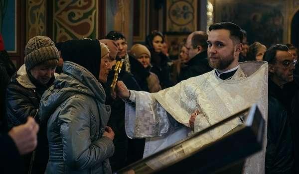 Карантин ни к чему: верующие ПЦУ продолжают целовать иконы в церквях