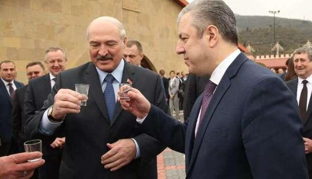 «Не только руки, но и внутрь»: Лукашенко назвал идеальный способ борьбы с коронавирусом