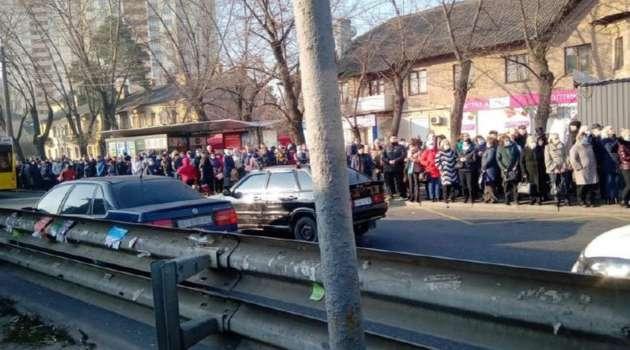 Как в очереди за колбасой: в Одессе начался транспортный коллапс