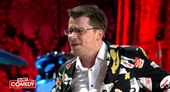 «Не переживайте, если не успели запастись туалетной бумагой, скоро ж*пу можно будет подтирать рублями»: Гарик Харламов ярко высмеял ситуацию в РФ
