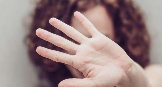 «Мешала веселиться»: На Сумщине горе-мать избила 6-летнюю дочь