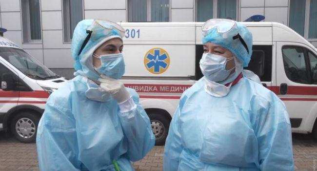 «Человек, рискующий жизнью, как на войне, должен иметь соответствующий уровень обеспечения»: Украинское правительство подняло зарплату медикам