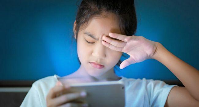 «Глаза красноречивее всяких слов»: Офтальмолог объясняет, как пользоваться смартфоном, чтобы не навредить зрению