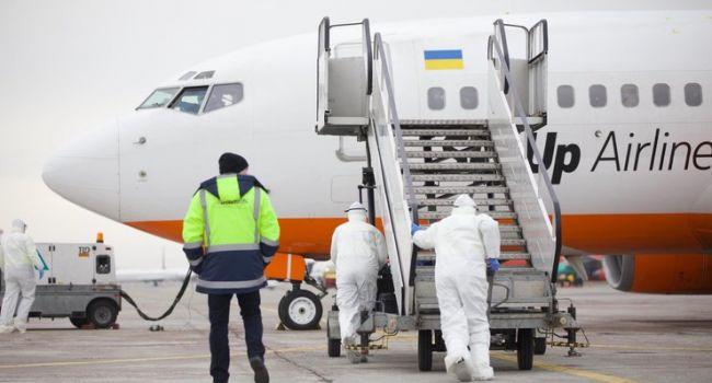 «Эвакуация продолжается»: В Украину из Латвии прилетел спецборт с эвакуированными украинцами