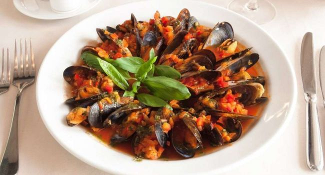 Средиземноморская кухня: мидии в томатном соусе