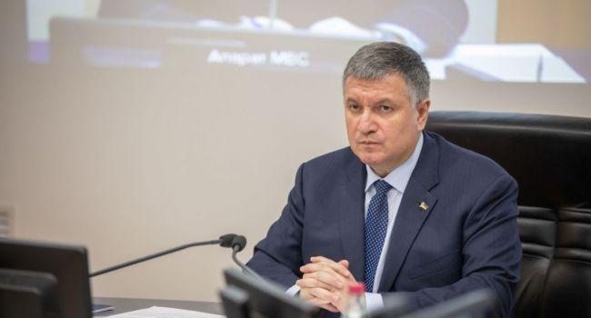 «Кому море по колени»: Аваков сказал, отслеживать недисциплинированных граждан по телефону во время карантина полиция не будет