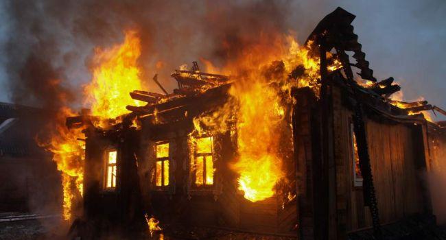 «Там жили люди»: Из-за тяжелого обстрела в Донецке сгорел жилой дом
