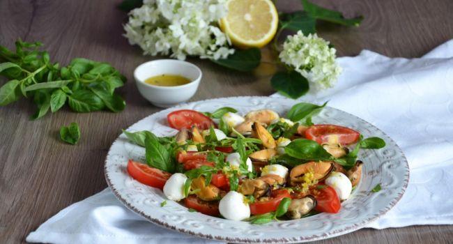Средиземноморская кухня: рецепт оригинального салата с мидиями и овощами