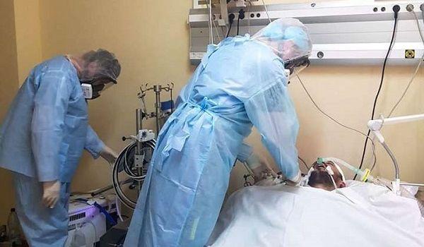 Врачи Александровской больницы борются за жизнь тяжелобольного пациента с COVID-19