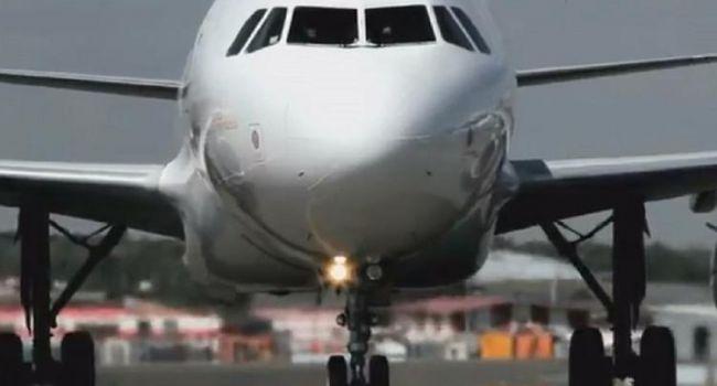 Прибывших в аэропорт пляжников теперь у трапа самолета встречает полиция, те отказываются выходить из самолета и ехать на карантин