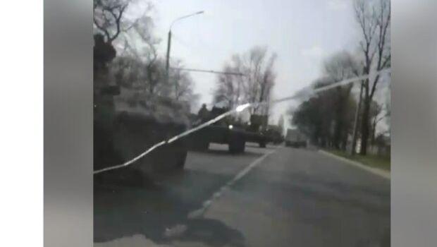 «Я выезжаю отсюда наф*г, закрывают город, началось военное положение»: Под Ростовом замечена огромная колонна военной бронетехники