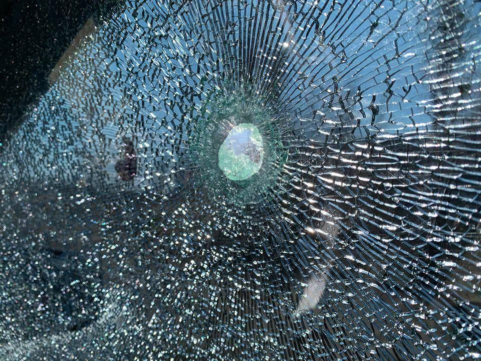«Специально целились»: на Донбассе обстреляли машину журналистов телеканала «Украина»