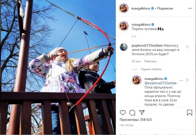 «Словно в каком-то другом мире живёте»: Максим Галкин показал пиратский корабль во дворе своего замка