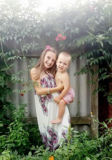 В сети появились фото девочки, которой мама отрезала голову