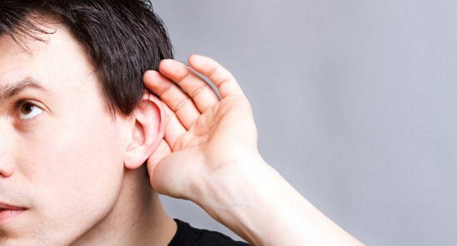 Медики рассказали о первых симптомах потери слуха