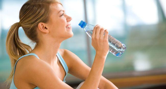 Только в теплом виде: эксперты рассказали о главных правилах питьевого режима