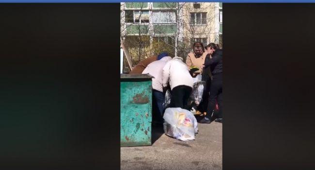 «О**ененно, конечно, в это трудное время помогать Италии, США и Сербии»: в Воронеже люди набросились на мусорные баки в поисках еды