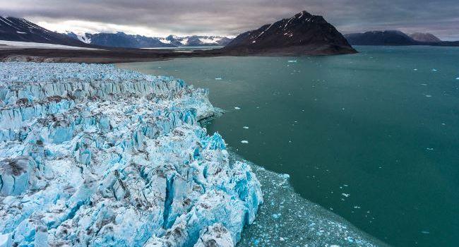 Удивительное открытие: под ледяным щитом Гренландии ученые нашли несколько десятков водоемов