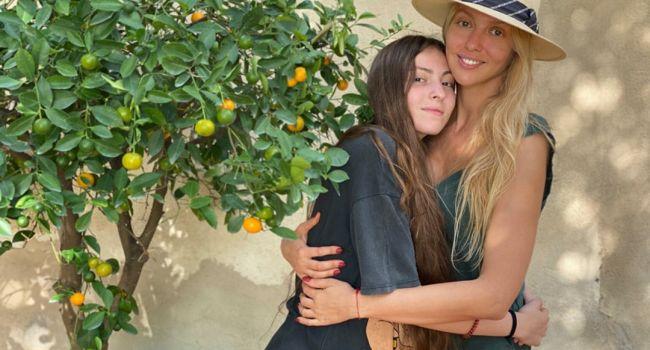Очень смело: старшая дочь Оли Поляковой снялась абсолютно голой, прикрываясь подушкой