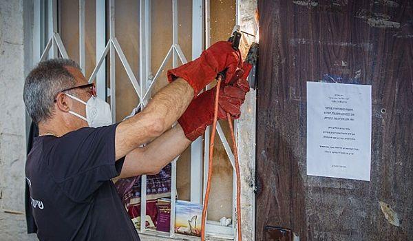 В Израиле пошли на радикальные меры в борьбе с коронавирусом: двери в синагоги заваривают