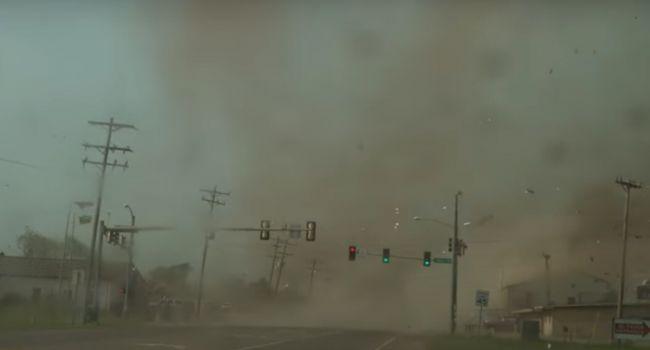 Впечатляющее зрелище: охотник за торнадо поделился снимками из самого эпицентра
