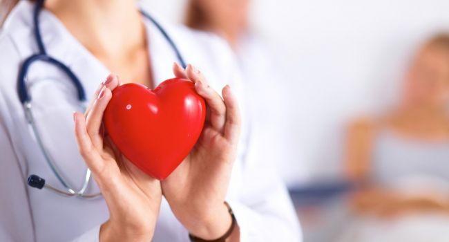 «Боли в животе и отечность ног»: Медики объяснили, какие симптомы могут указывать на проблемы с работой сердца
