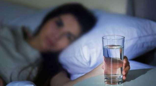 Ученые пояснили почему нельзя пить на ночь много воды