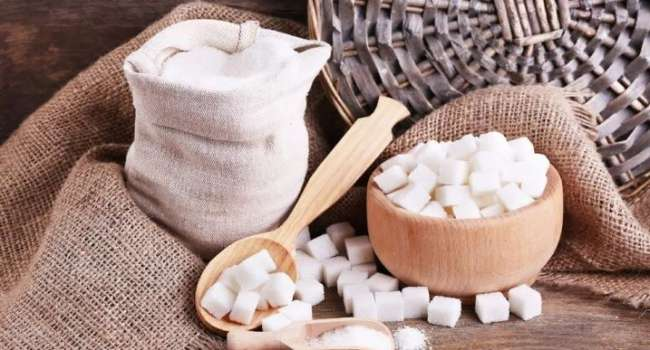 «Вы даже не знали об этом»: медики рассказали, что почти каждый человек съедает до 40 ложек сахара в день